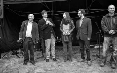 Zleva: Gerhard Frey-Reininghaus, Richard Vlasák, Klára Smolíková, Lukáš Fibrich a starosta Sezimova Ústí Martin Doležal. Fotila Helena Fibrichová.