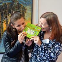 Ilustrátorka Bára Buchalová a spisovatelka Klára Smolíková se společně zakusují do knihy Knihožrouti: Kam zmizela školní knihovna?