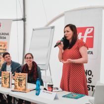 Spisovatelka Klára Smolíková a ilustrátor Vojtěch Šeda na Světě knihy představují knihu Pozor, v knihovně je kocour! Foto Mladá fronta - Kozohorský